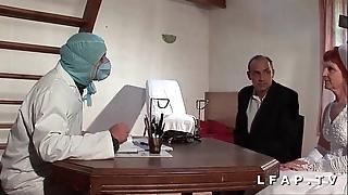 Dampen vieille mariee se fait defoncee le cul chez le gyneco en triad avec le mari