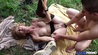 Bonne cougar flaxen-haired et bien full-grown baisée dans un champ [full video]
